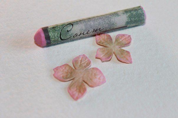 Вот наконец появилось немного свободного времени и возможность сделать мой пошаговый мастер-класс по изготовлению гортензии из фоамирана. Сама работа несложная, но требует времени и усидчивости. Приступим.Для работы нам понадобится: фоамиран 2-х цветов (персиковый и оливковый); молд гортнезия; тычинки для цветов; пастель масляная (розового и зеленого цвета); флористическая проволока №26-28;…