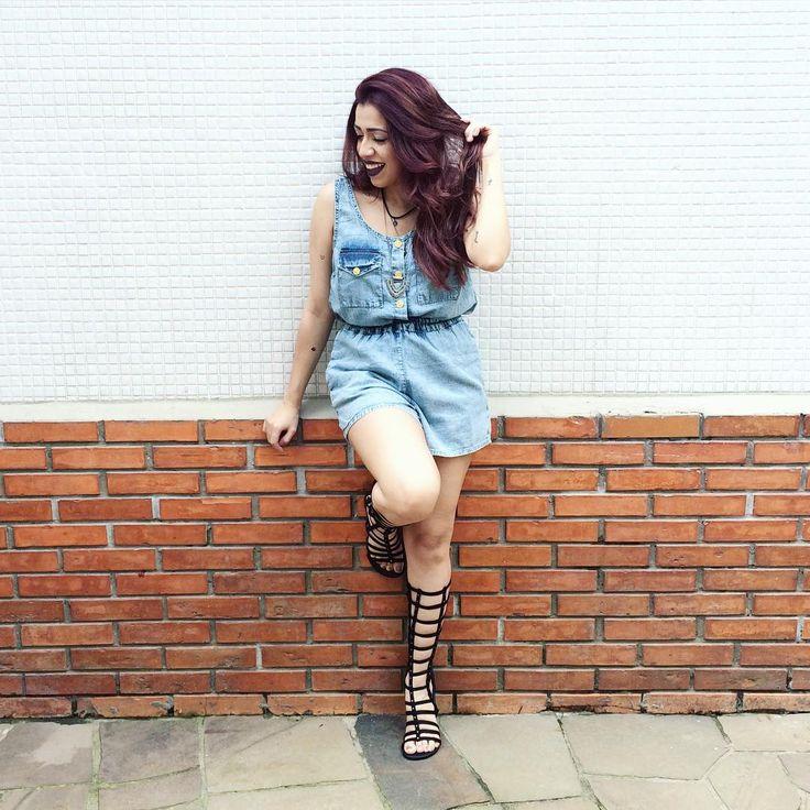 A blogueira Debb Pires apostou em nossa gladiadora Narciso no tom Suede Preto para compor com o look total jeans.