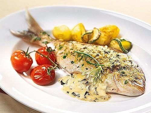 Frisch gebratener Fisch im Ganzen übergossen mit köstlicher Käse-Kräuter-Soße. Wer Fisch mag wird dieses Rezept lieben!