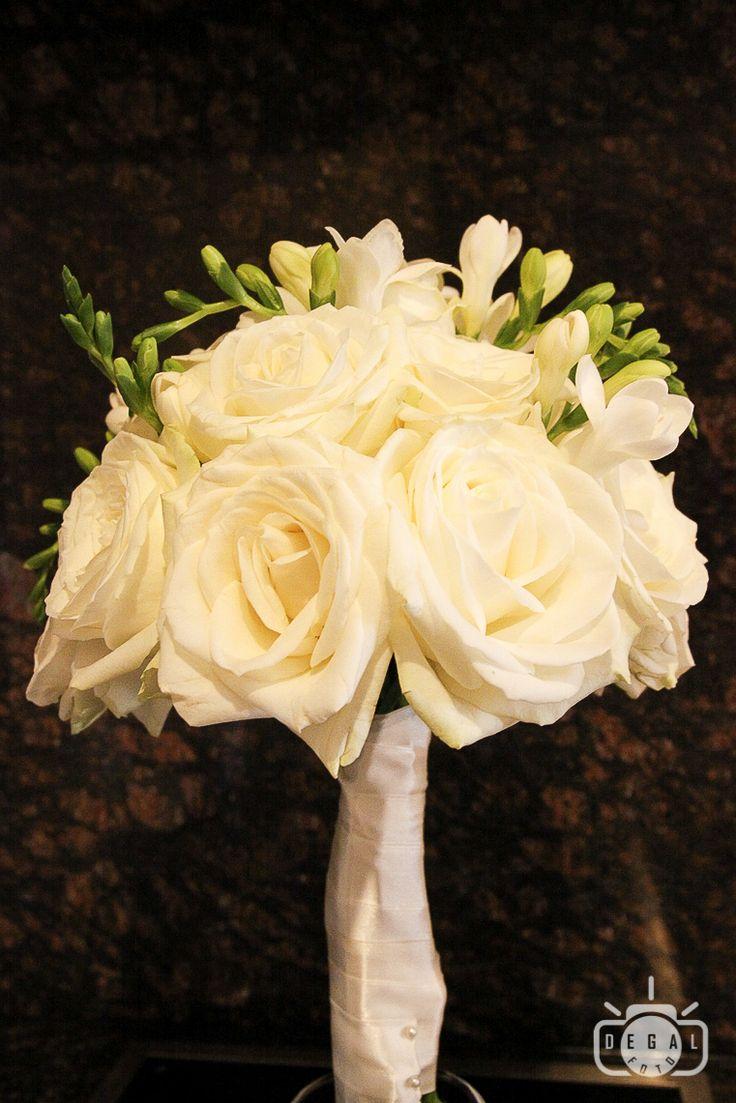 "Buchetul miresei este un ""must"" in rechizita miresei. Fie ca alegi flori in culori sau de culoarea rochiei, buchetul iti va da curajul sa pasesti plina de curaj in drumul spre altar. http://www.degalfoto.ro #degalfoto, #nuntasieveniment, #buchetulmiresei"