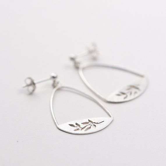 Dangling studs with tiny leaf details  #botanical #earrings #leaves