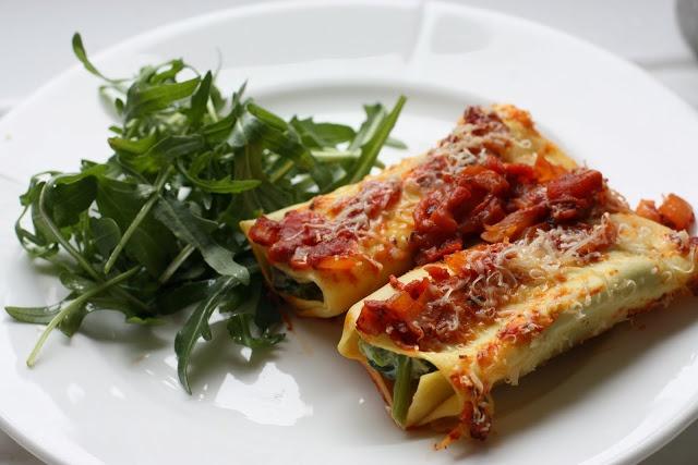Cannelloni med kylling, spinat, paprika, hvitløk og creme fraice. Gratinert med ost, serveres med salat.