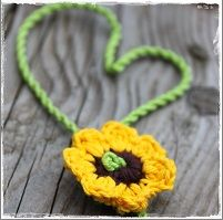 Klein gehaakt zonnig bloemetje
