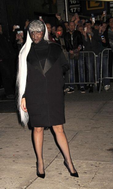 Gaga käyttää usein peruukkeja, ja viihtyy myös kasvot peittävissä kokonaisuuksissa. Copyright: Photo Image Press / Barcroft Media/ All Over Press. Kuva: Photo Image Press / Barcroft Med.