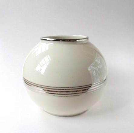 NORA GULBRANDSEN,.Porsgrund Stor kulevase i hvitt og sølv, designet av Nora Gulbrandsen, denne vasen er produsert i 1949, altså etter hennes tid på fabrikken, men det er hennes modell, trolig designet på 1930 tallet.