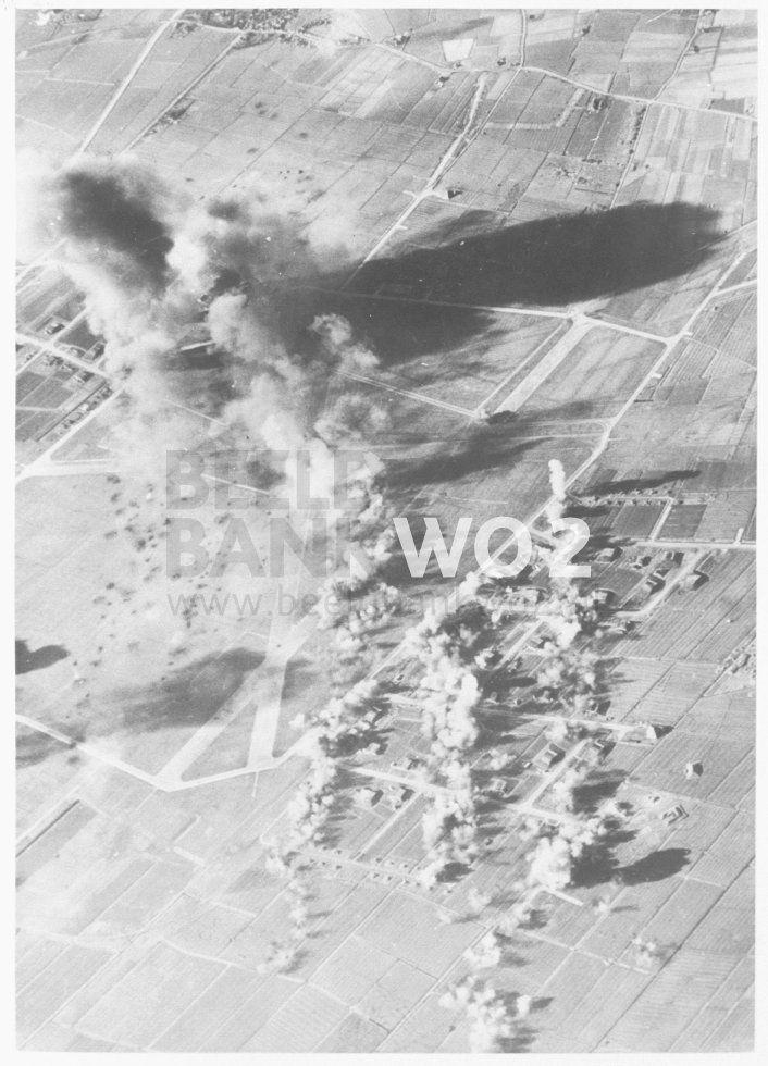 bominslagen op Fliegerhorst Leeuwarden. de grote rookpluim is waarschijnlijk een voltreffer in een brandstof opslag.