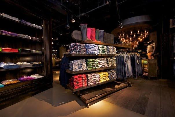 Superdry Alejandro: Interior con poca luz dando sensación de relajación y comodidad, para que la compra sea mejor para el cliente.