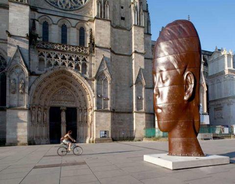 Les sculptures monumentales de Jaume Plensa investissent la ville de Bordeaux Place Pey Berland