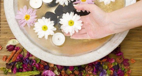 De luxe handverzorging begint op dezelfde manier als de klassieke handverzorging: met het reinigen en bijvijlen van de nagels. Daarna worden de nagels in model gebracht en worden de nagelriemen naar achter geduwd. Dan worden losse velletjes verwijderd en worden de nagels gepolijst. Vervolgens worden de handen gescrubd met een fijne peeling om dode huidcellen te verwijderen. Daarna volgt een collageen-masker en een speciaal paraffinebad. Als afsluiter volgt een relaxerende handmassage.