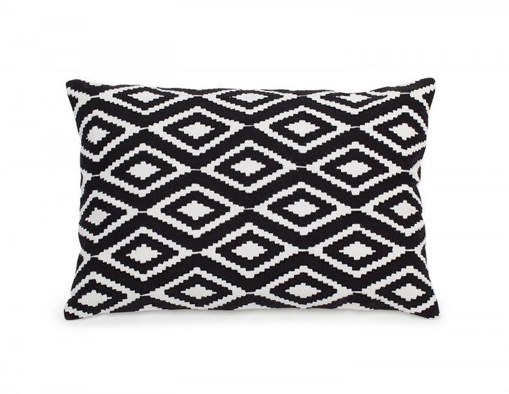 La touche scandinave que vous cherchiez! Ce coussin lombaire décoratif, fait à la main, en Inde, de toile  de coton blanche habillée d'un appliqué de coton noir, vous charmera avec ses formes  géométriques.