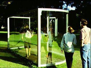 """""""Fun House for Münster""""(1997), Dan Graham. Photo: Rudolf Frieling /© Dan Graham. Cet artiste a utilisé le miroir à travers de multiples techniques dans des installations stationnaires à base de vitres et miroirs sans tain dans des ossatures d'acier ou aluminium."""