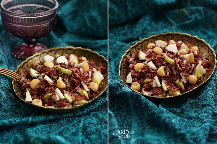 Салат из дикого риса с яблоком, клюквой и орехами