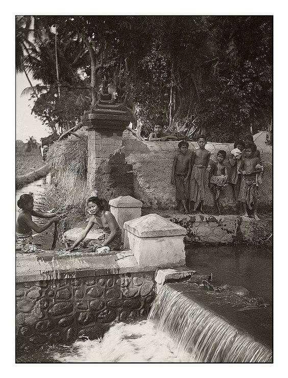 Gadis Bali mencuci di anak sungai 1920an