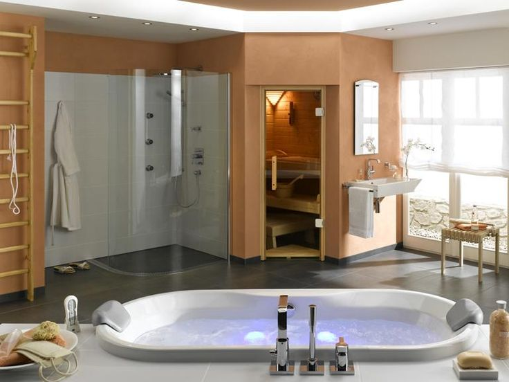 Erst ein heißer Saunagang, dann eine Abkühlung unter der privaten Designer-Dusche - in diesem Bad gelingt das ganz bequem dank einer Einbausauna. Statt als eigenständige Kabine ist die Sauna hier nämlich komplett integriert – das vereinfacht die Abläufe und spart kostbaren Platz. So ließ sich die Außenwand der Sauna auch ohne Weiteres dazu nutzen, an ihr ein Waschbecken zu installieren. Auf der anderen Seite ist sie die Rückwand der Dusche. Preis auf Anfrage.
