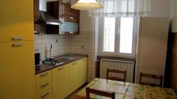 Apartma se nahaja v mestnem jedru Kopra, poleg mestne plaže in je klimatiziran. Več o objektu najdete na http://www.viaslovenia.com/sl/apartmaji/koper/apartmaji-8655.html?page=2