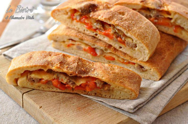 Focaccia con peperoni, salsiccia e formaggio