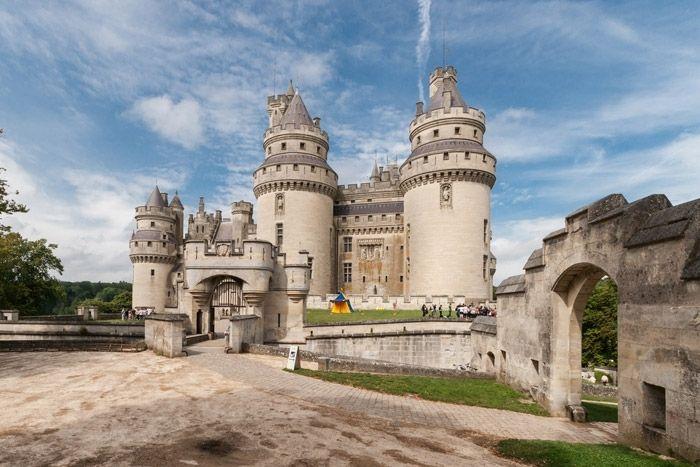 Castelul Pierrefonds Castelul a fost construit in secolul al 12-lea. Apoi, in secolul al 17-lea, Cardinalul Richelieu si trupele sale au decis sa-l demoleze. Din fericire, aceasta a fost o sarcina imposibila si castelul a ramas neatins. In zilele noastre, Pierrefonds ofera un unic stil arhitectural exterior din secolul al 14 - lea si este cu siguranta o sursa de inspiratie pentru cladirile pitoresti din cadrul comunitatii Pierrefonds.