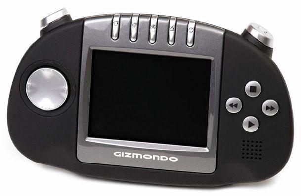 Gizmondo. - Tras el desastre de N-Gage, Tiger vio la oportunidad de competir en el mercado al lanzar Gizmondo, pero resultó ser una máquina tan mala como la de Nokia. Originalmente lanzada en Reino Unido en 2005, fue un fracaso espectacular. Fue lanzada al mercado a un precio de £129 libras, pero la consola tenía mensajes publicitarios que obligaban al usuario a invertir en total £229 para disfrutar de un dispositivo libre de anuncios. La consola sólo vendió 25.000 unidades y estuvo en el…