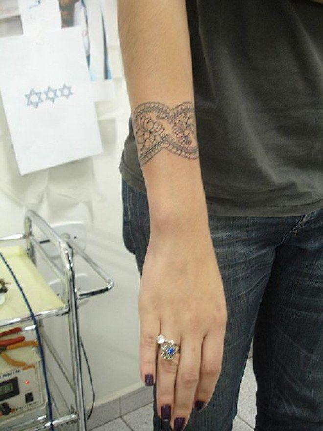Un bracelet à se faire tatouer sur le haut du poignet