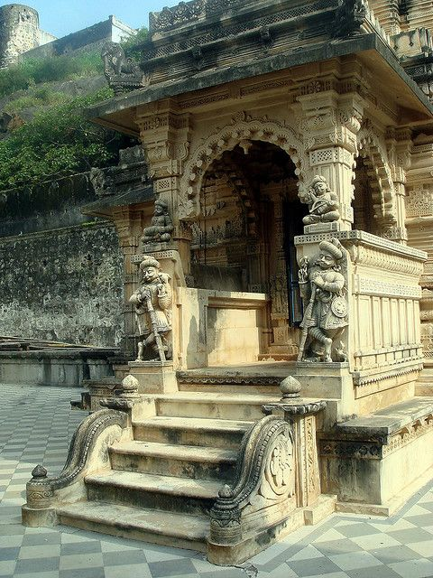 Entrance to the jain temples of Palitana / India (by GoGap).