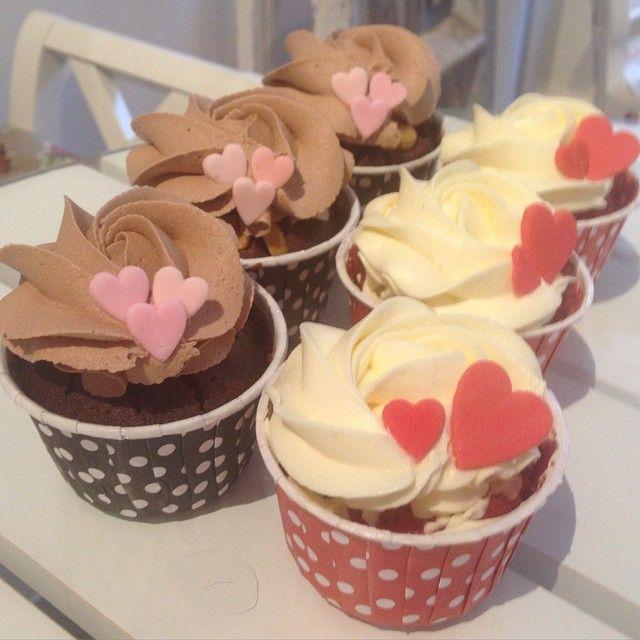 Godmorgon alla fina ❤️ Har ni lagt era Alla Hjärtans Dag beställningar? Red Velvet och Snickers föreslår vi ☺️ #valentinesday #allahjärtansdag #cupcake #cookiecake #tårta #cake #fika #rose #heart #ros #hjärta #kärlek #love #inlove #förälskad #catering #göteborg #linné #gbgftw #redvelvet #snickers