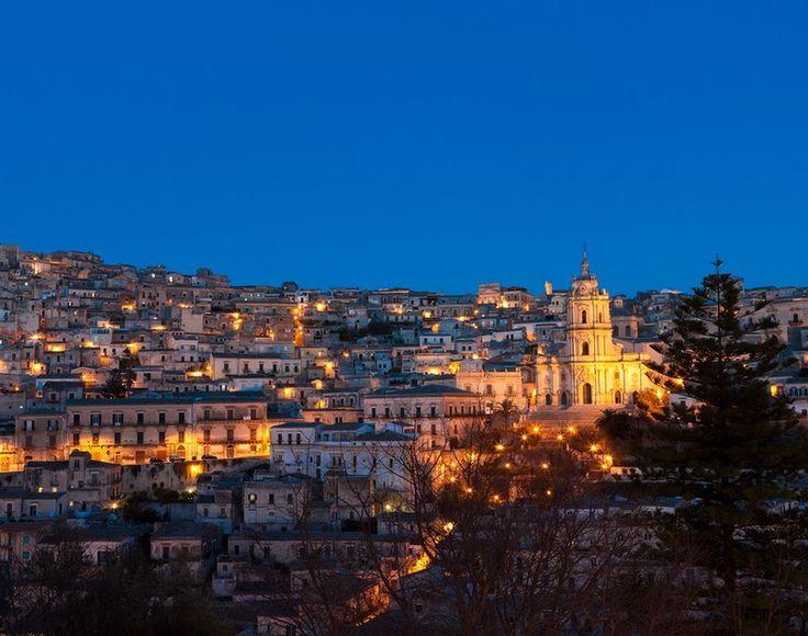 Αριστοκράτες Γατόπαρδοι, αδίστακτοι μαφιόζοι, κατάσκοποι των σοβιετικών, Γκέτε, Βάγκνερ, Πιραντέλο, οι Dolce & Gabbana κι ο καλοφαγάς γκάνγκστερ Lucky Luciano. Όλους τους χωράει η Σικελία...