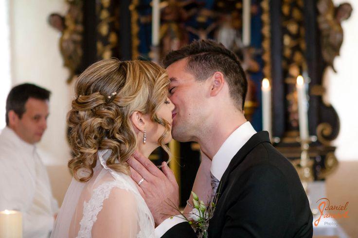 Hochzeit Kathrin und Max  Models: Kathrin und Max Haare & Makeup: Bernadette Haag Foto: Daniel Janesch  Canon EOS 30D, Canon EF 24-70mm 2.8 L USM, 63mm, ƒ/2.8, 1/160s, ISO 640  #shooting #indoor #hochzeit #wedding #braut #bride #bräutigam #braeutigam #groom #kuss #kiss #küssen #kuessenkirche #church #pfarrer #pastor #ceremony #zeremonie