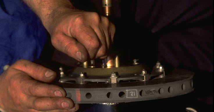Cómo cambiar las zapatas de freno traseras en un Chevy Aveo. En 2004 Chevrolet presentó el Aveo para sustituir al Metro. El vehículo utiliza un sistema antibloqueo de frenado con frenos de tambor en la parte trasera. Los frenos traseros sólo proporcionan el 30 al 40 por ciento de la potencia de frenado de un vehículo y así no tienen que reemplazarse con tanta frecuencia. Solo necesitas un conocimiento ...