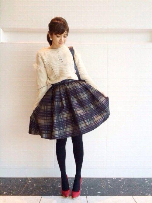 ニットトップス+柄スカートのガーリーコーデ(ベージュニット×チェックフレアスカート)