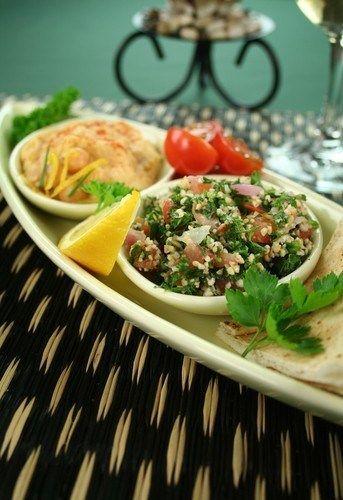 Салат из кускуса с нутом, красными перцами и заправкой из кумина
