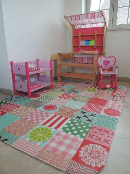 Zacht en kleurrijk speelkleed : heerlijk op op te spelen en zitten. Ook heel stijlvol voor de kinderkamer of meisjeskamer. Met de vele kleurrijke vakken en tekeningen heeft dit vloerkleed een speels karakter.
