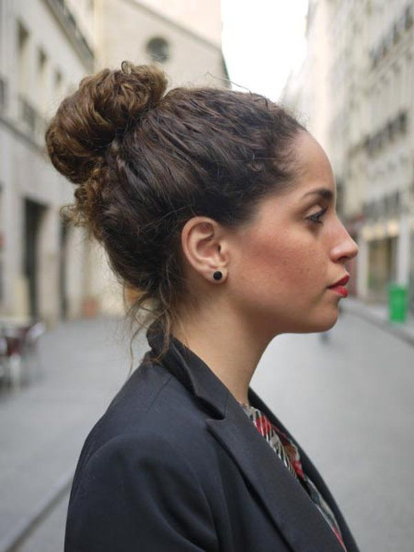 オールバックにした髪を後ろでポニーテールにまとめ、毛先を内側に巻き込むようにしておだんごをつくり、ゴムで留めただけの簡単アップスタイル。カールヘアならではのボリュームと毛束感がアレンジのポイント。 サンドラ Sandra/メイクアップアーティスト