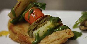 Menestra de cordero Brocheta de verduras de temporada sobre torrija de cordero