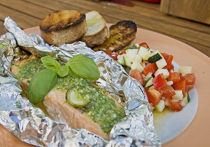 Marinierter Lachs an Ratatouillesalat mit Rucolapesto und Brot, ein beliebtes Rezept aus der Kategorie Fisch. Bewertungen: 16. Durchschnitt: Ø 3,9.