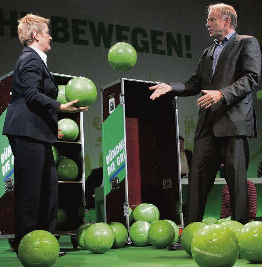 Renate Künast und Jürgen Trittin spielen nur mit grünen Bällen. Foto: ddp