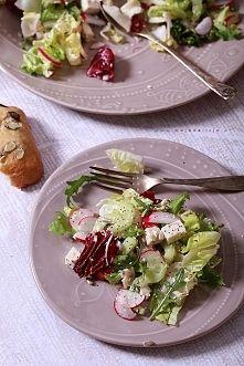 Zobacz zdjęcie Sałatka z ogórkiem, rzodkiewką, białym serem typu włoskiego polana domowym mi...
