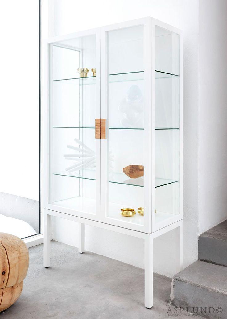 Frame Cabinet - vitrinskåp i lackad MDF, glas och metall med läderhandtag från Asplund. Serien Frame är formgiven avAnya Sebtorn & Eva Lilja Löwenhielm och vitrinskåpet har en modern design inspirerad av gamla medicinskåp som ofta återfinns på museum och av klassiska matsalsskåp. Frame vitrinskåp har ett tunt och elegant uttryck och är lämpligt för böcker, porslin eller andra föremål du tycker om och gärna vill visa. Finns att få i utförandena White, Storm Grey och Anthracite.