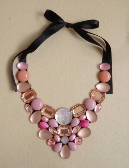 Maxi colar confeccionado com chatons em diversos tons de rosa. Base em feltro preto. Fecha com fitas de cetim, sendo portanto de comprimento regulável.