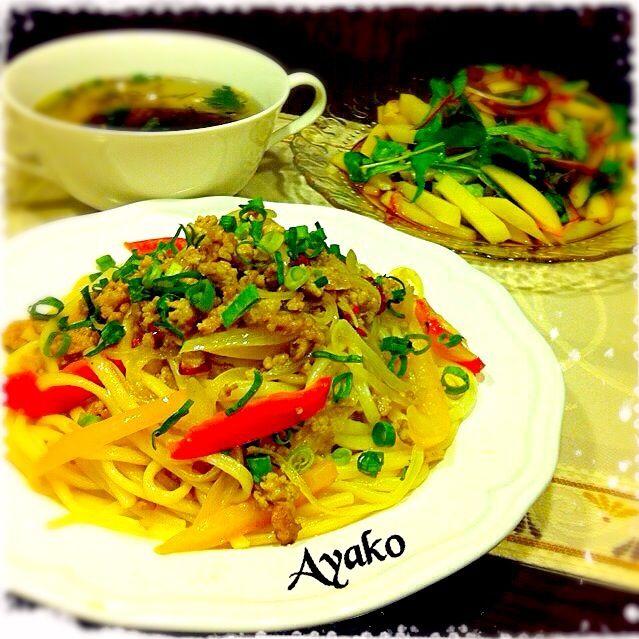 砂糖で甘みを効かせるのが、〝タイ風″の特徴。ちょっぴり辛くて、美味しい〜 - 177件のもぐもぐ - タイ風焼きうどん、じゃがいものタイ風サラダ、もずくスープ by ayako1015