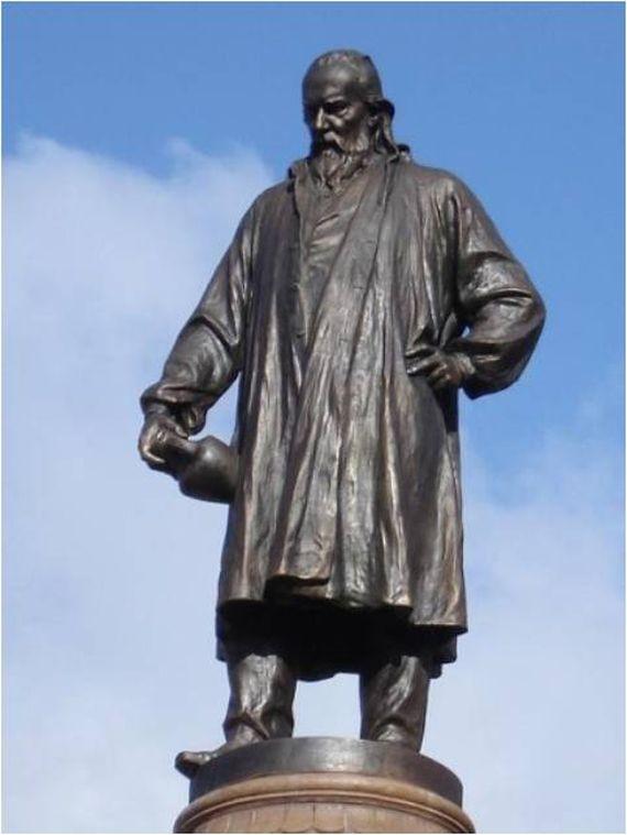 Pécs, Hungary Zsolnay Vilmos szobra, aki a Zsolnay Manufaktúra tulajdonosa volt, az eozin máz feltalálója