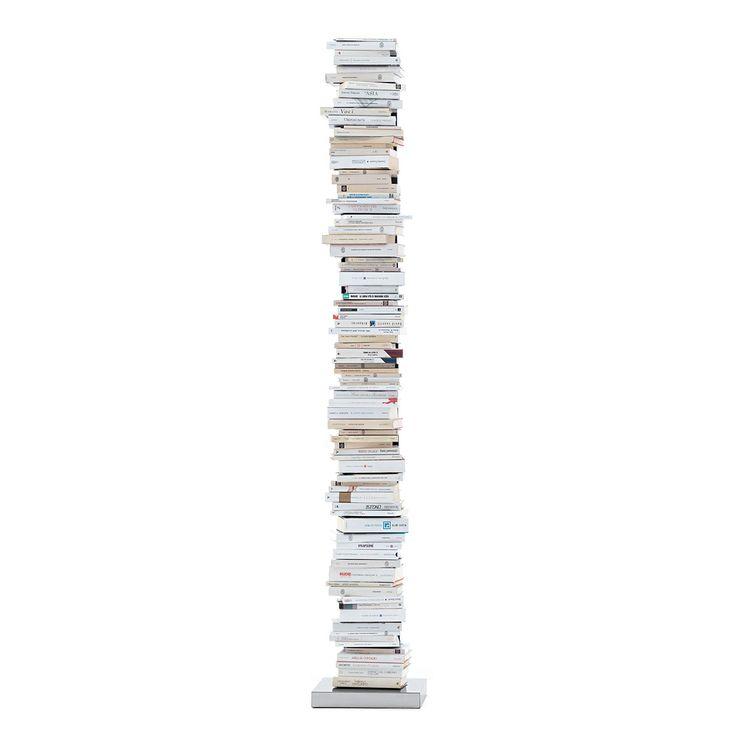 La libreria Ptolomeo self standing è in metallo laccato bianco.