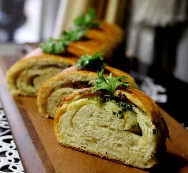 Výborné domácí křupavé bagety, které jsou doplněny česnekem a různými bylinkami. Skvělé domácí pečivo!
