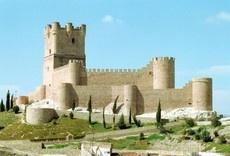 Ruta de los Castillos del Vinalopó. Alicante.   El componente temático de esta ruta son los castillos del Medio y Alto Vinalopó, así como de la zona de la Foia de Castalla.   La ruta pasa por: la Mola de Novelda, el castillo medieval de Petrer y de Sax, el Castillo de Atalaya en Villena, el castillo de Bañeres de Mariola, el de Biar, fortaleza de Castalla y Castillo de Tibi.