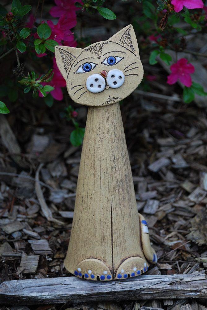 Keramická kočka Vyrobena ze šamotové hlíny, patinovaná, barvená glazurou. Výška cca21 cm. Ručně modelovaná.