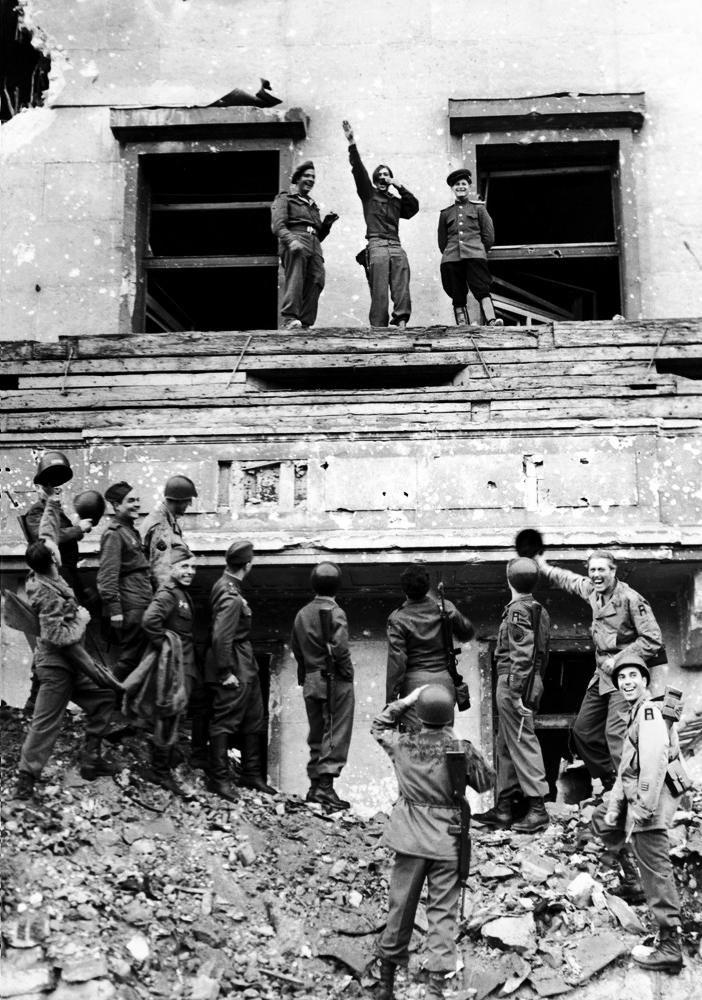 Geallieerden spotten met Hitler op zijn balkon van het Rijksdaggebouw, 1945.