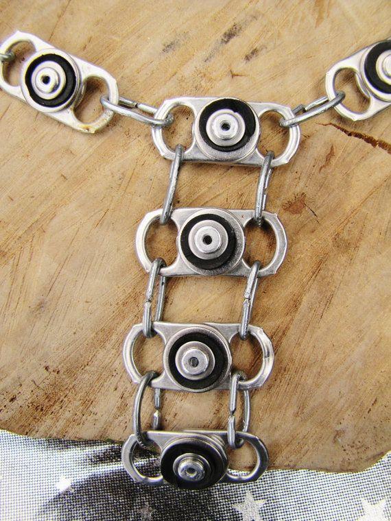 Faite de recyclé / upcycled anneau tire, prélevés dans des boissons usagées bidons, rondelles inox, manches en caoutchouc coupés de vieilles chambres à air vélo crevé et rivets.  Les maillons de la chaîne sont fabriquée à partir de la pièce dacier de zinc qui pourrait autrement être jeté, lorsque vous utilisez les rivets pop à la main. Jai formé eux former un plat ovale, le collier du donnant un aspect industriel. (il a aussi un poids agréable pour elle) Il pend joliment bas, au centre de la…
