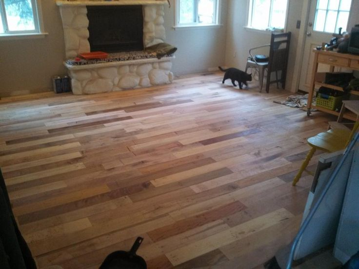 Esta familia reciclaron gran número de pallets de madera para crear a partir de ellos un nuevo piso para su vivienda.