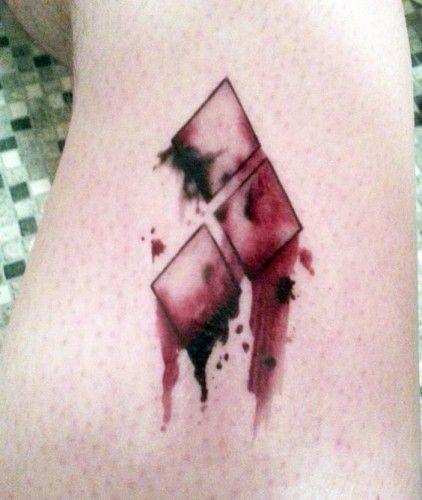 E' matta da legare, ma noi la adoriamo. E come noi, molti altri che si sono regalati un tatuaggio ispirato ad Harley Quinn! Ma chi è Harley Quinn? Cosa...
