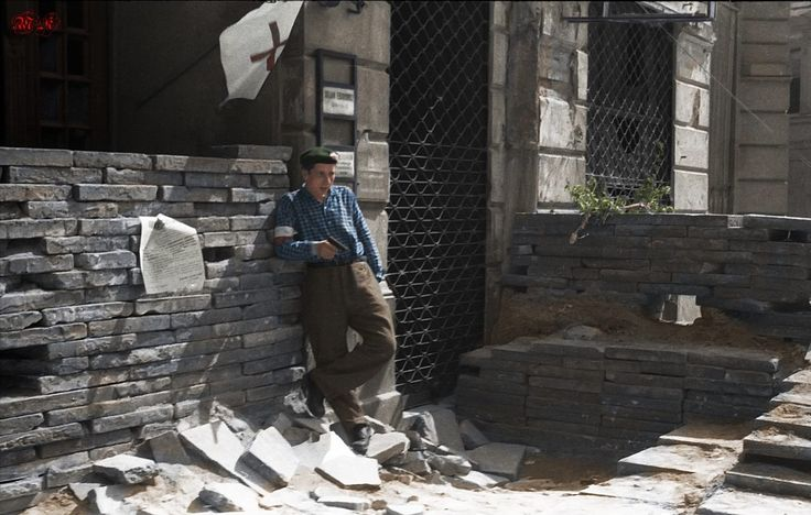 Powstaniec na barykadzie z pistoletem przy jednym z punktów sanitarnych w Śródmieściu Południowym. data wykonania: 2 połowa sierpnia 1944 Zródło : MPW