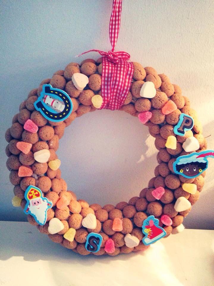 Sinterklaas krans. Goedkope stro-krans, zak pepernoten met snoepjes, foamstickers, lint, lijmpistool (allemaal action!) en je zet deze krans zo in elkaar :-)